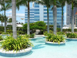 800px-Four_Seasons_Hotel_Miami_east_pool_deck